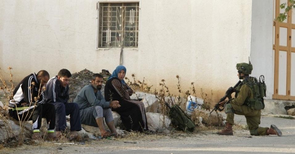 9.jun.2016 - Soldados israelenses buscam pistas na aldeia de Yatta, na Cisjordânia, sobre os responsáveis pelos ataques ocorridos na cidade israelense de Tel Aviv. Na noite de quarta-feira (8) dois palestinos abriram fogo em Sarona, um bairro muito movimentado em Tel Aviv. Quatro israelenses morreram e cinco ficaram feridos. Israel cancelou milhares de vistos de entrada de palestinos durante o Ramadã e anunciou a mobilização de dois batalhões na Cisjordânia ocupada