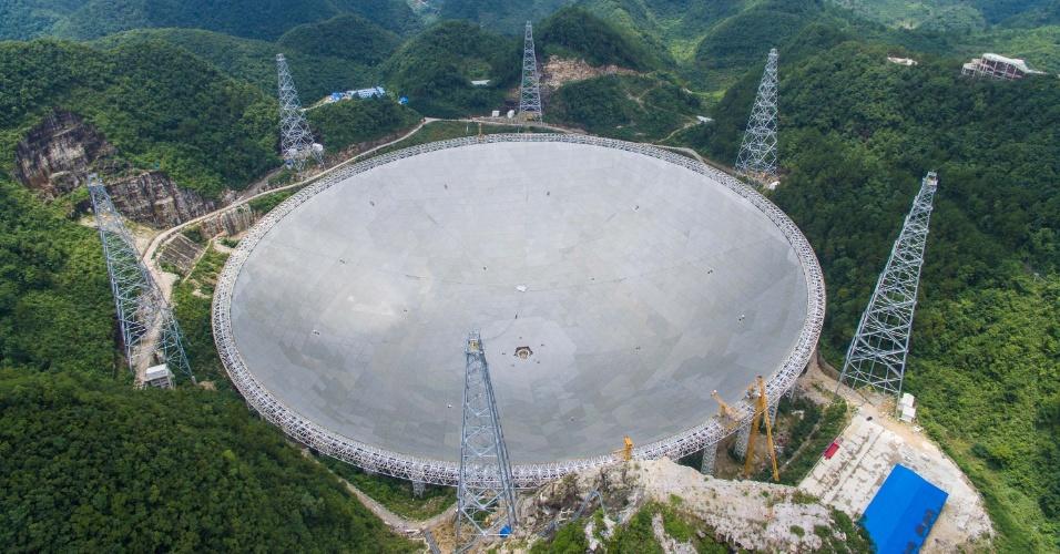 3.jul.2016 - Foto mostra o telescópio FAST, com 500 metros de abertura, localizado em Pingtang, na província chinesa de Guizhou. O FAST é o maior radiotelescópio do mundo. Ele será usado para explorar o espaço e ajudar na busca por vida extraterrestre