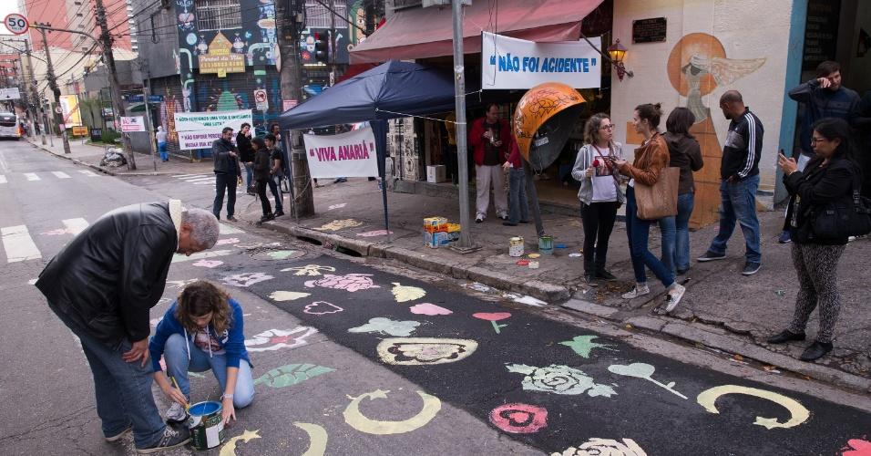 16.jul.2016 - Manifestantes se reúnem no bairro de Pinheiros, em São Paulo, para homenagear Anariá Recchia, 32, que morreu atropelada por um motorista embriagado em maio enquanto estava na mesa de um bar na calçada