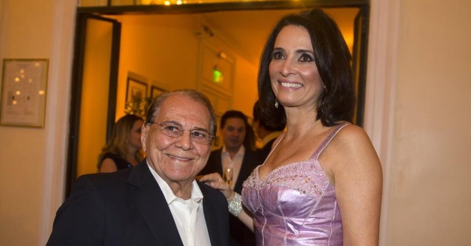 4.set.2013 - Pitanguy e a anfitriã Andréa Natal, diretora do Copacabana Palace Hotel, durante comemoração de aniversário de 90 anos do hotel, no Rio