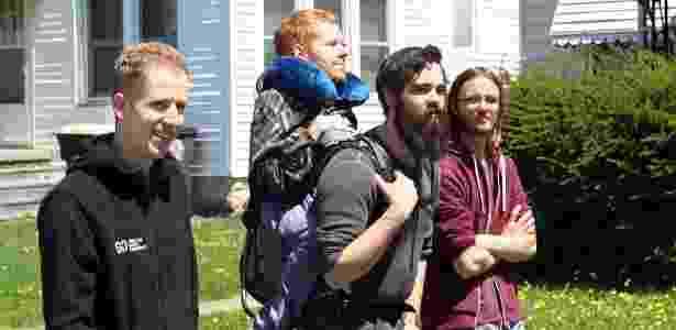 Kevan Chandler fez um mochilão pela Europa carregado pelos amigos nas costas - Reprodução/Facebook/We Carry Kevan