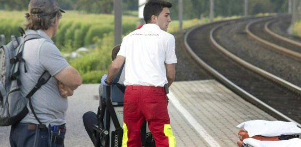 Homem leva passageiro em cadeira de rodas na plataforma da estação Sulz-Rothis, em Vorarlberg, Áustria