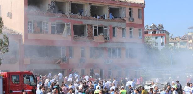 Ataque com carro-bomba ocorreu no jardim do quartel-general da polícia de Elazig