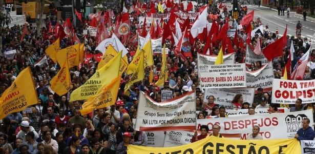 Parte da avenida Paulista, em SP, é tomada por manifestantes - Danilo Verpa/Folhapress