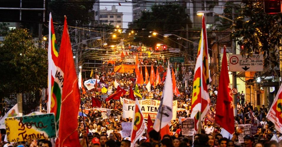 11.set.2016 - Manifestantes caminham em direção ao Monumento às Bandeiras, no Parque do Ibirapuera, durante ato contra o governo do presidente Michel Temer em São Paulo, no domingo (11)