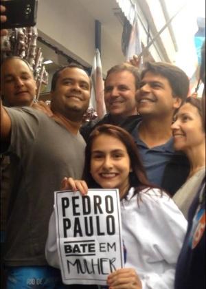 """Estudante Roberta Trancoso, entrou na frente de Pedro Paulo e abriu uma folha de papel com a frase """"Pedro Paulo bate em mulher"""""""
