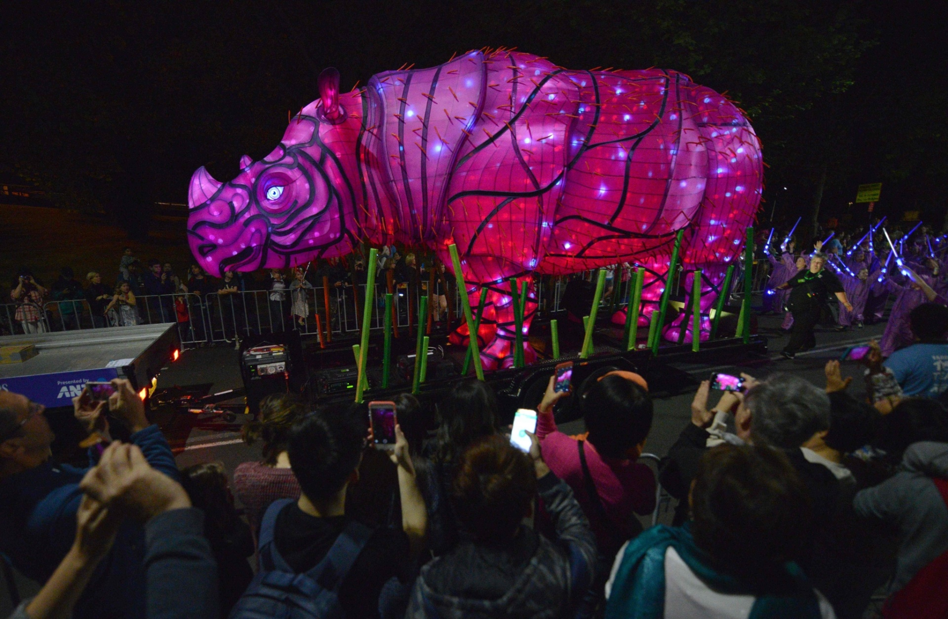 15.out.2016 - A escultura gigante de um rinoceronte-de-sumatra também participou da festa de aniversário de 100 anos do zoológico Taronga, em Sydney, na Austrália