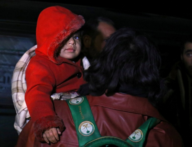 Criança e sua família, evacuadas do leste de Aleppo, chegam à cidade de al-Rashideen