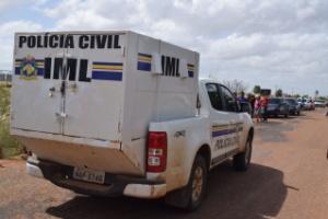 7.jan.2017 - Carro do IML retira corpos de presos enterrados na ala da cozinha da Penitenciária Agrícola Monte Cristo