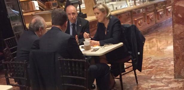 A presidenciável da extrema-direita francesa Marine Le Pen é vista na Trump Tower, em Nova York