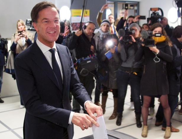 Primeiro-ministro Mark Rutte vota em Haia