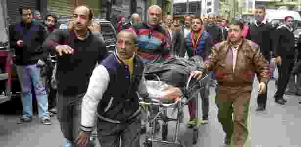 Homem morto é resgatado após ataque com homem-bomba em Alexandria - Stringer/Divulgação