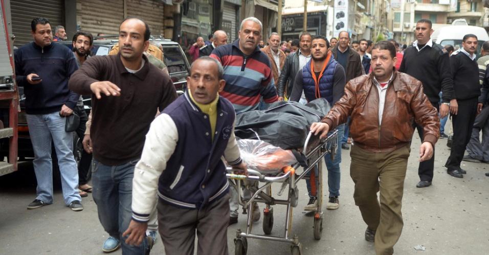 9.abr.2017 - Egípcios resgatam corpo de homem morto no ataque com homem-bomba, próximo da igreja copta de São Marcos, em Alexandria
