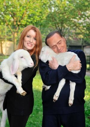 10.abr.2017 - O ex-premiê italiano Silvio Berlusconi abraça carneirinho ao lado da ativista de direitos dos animais e parlamentar Vittoria Brambilla