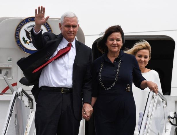 Vice-presidente dos EUA, Mike Pence, chega ao Japão acompanhado da família