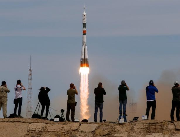 Fotógrafos fazem imagens do lançamento de nave Soyuz na base de Baikonur