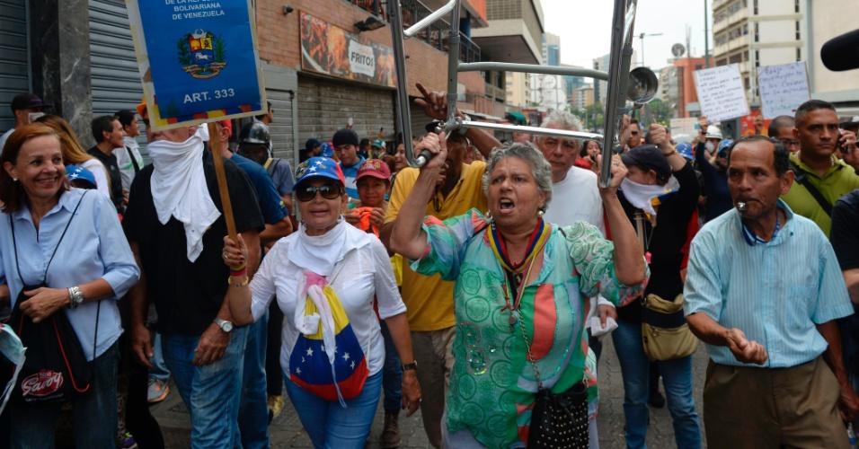 """13.mai.2017 - Centenas de aposentados foram às ruas protestar no que ficou conhecida como """"Marcha dos Vovôs"""". A polícia tentou impedir seu avanço e o protesto terminou, como de costume, com gás lacrimogêneo"""