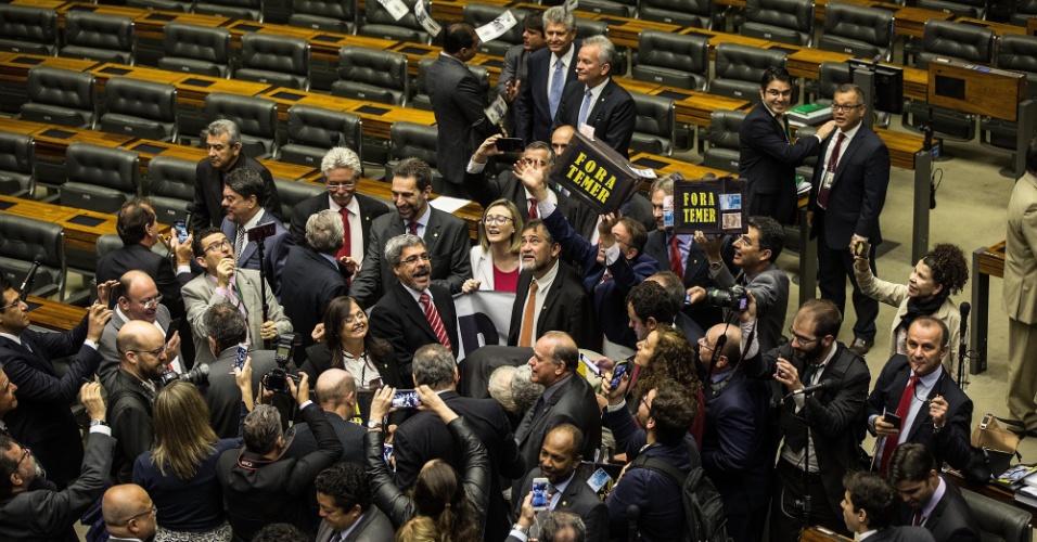 2.ago.2017 - Oposição em protesto durante a sessão da Câmara dos Deputados desta quarta, que deve votar a denúncia contra o presidente Michel Temer
