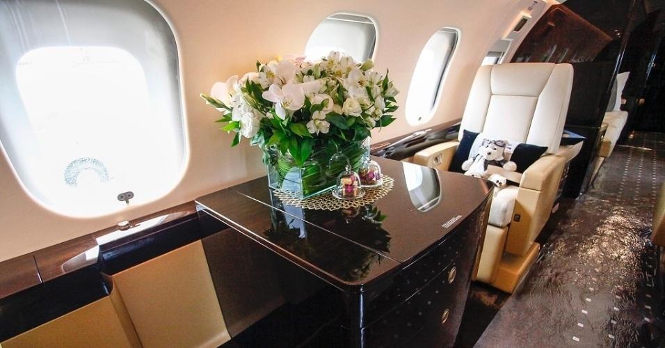 Voltado a grandes empresários, o avião também foi pensado para facilitar o trabalho a bordo. O armário de madeira pode ser aberto e transformado em uma mesa de trabalho e servir de apoio para outros equipamento