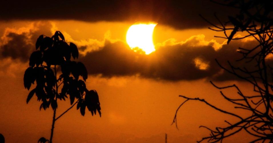 21.ago.2017 - Eclipse solar parcial visto do alto da Sé, no Sítio Histórico de Olinda, na região metropolitana do Recife (PE)