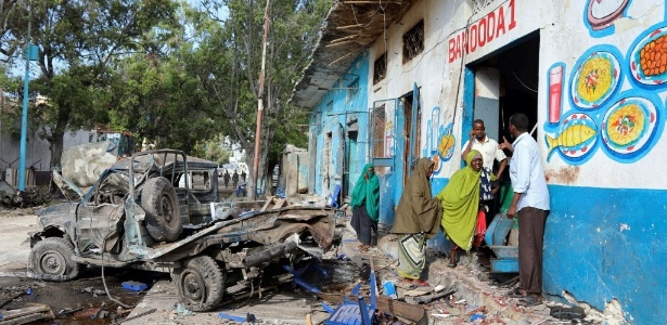29.out.2017 - Dois carros-bomba explodiram na entrada de um hotel em Mogadício