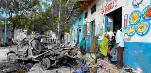 29.out.2017 - Dois carros-bomba explodiram na entrada de um hotel em Mogadício - Feisal Omar/Reuters