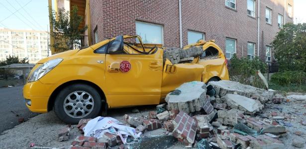 Carro é destruído por destroços após terremoto, em Pohang, Coreia do Sul