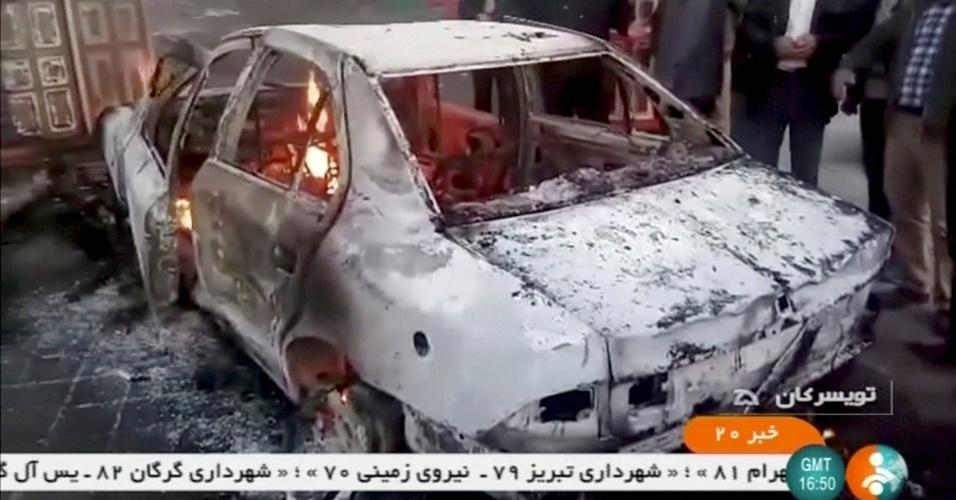 """31.dez.2017 - Um carro foi incendiado em Tuyserkan, na província de Hamadan, no Irã, no dia 31 de dezembro. Um comandante da Guarda Revolucionária disse que os protestos degeneraram em depredação do patrimônio público. Já o presidente Hassan Rouhani prometeu combater os """"baderneiros e criminosos"""""""