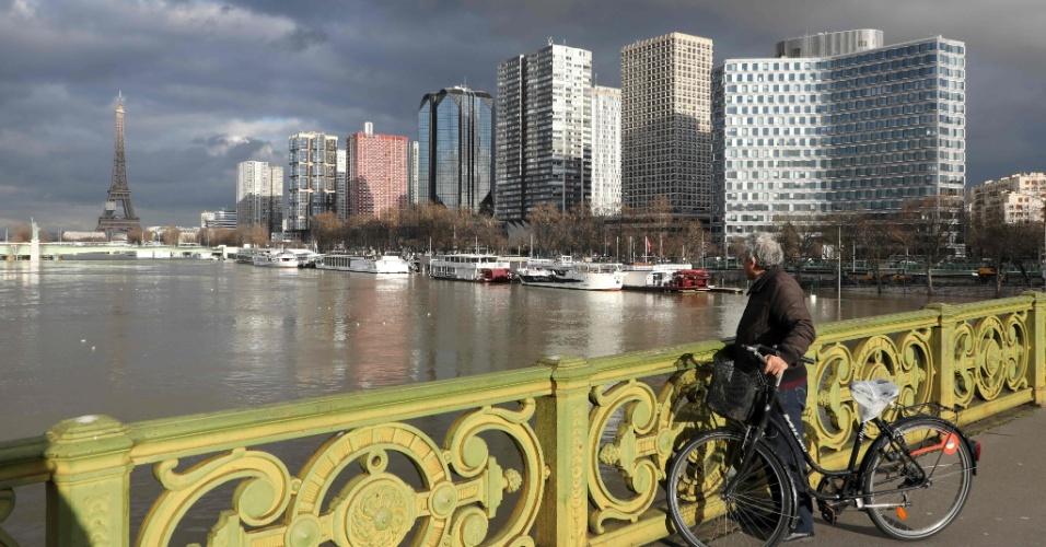 27.jan.2018 - Segundo previsões de meteorologistas, o nível do rio Sena deve continuar alto pela próxima semana