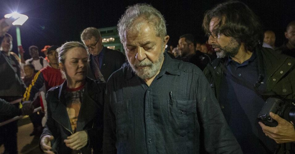 27.mar.2018 - O ex-presidente Luiz Inácio Lula da Silva caminha ao lado da presidente do PT, Gleisi Hoffmann, após ônibus da sua caravana serem atacados a tiros no Paraná