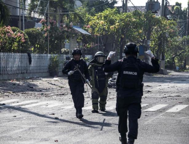 Homens do esquadrão antibomba examinam local onde um homem bomba se matou