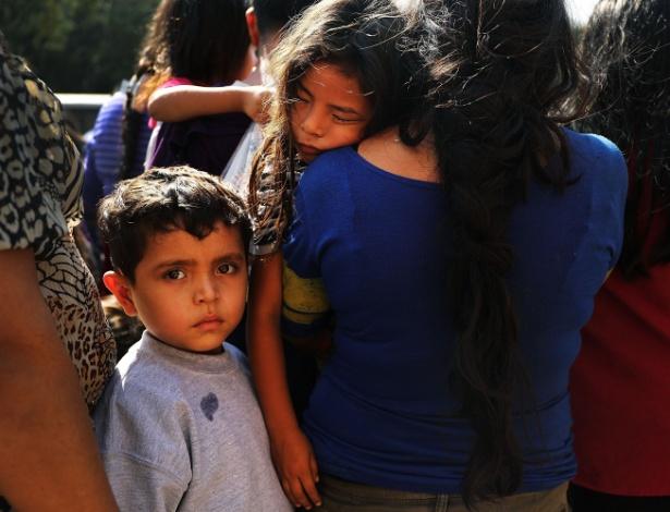 23.jun.2018 - Família imigrante chega a uma estação de ônibus após liberação na alfândega e setor de proteção de fronteiras em MCallen, no estado do Texas - Spencer Platt/AFP Photo