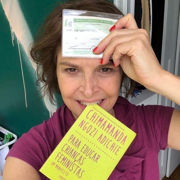 28.out.2018 - Atriz Drica Moraes leva livro ao votar