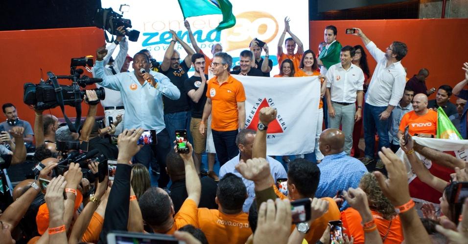 28.out.2018 - O governador eleito de Minas Gerais, Romeu Zema (NOVO) comemora com apoiadores após ser eleito com 71,80% dos votos, em Belo Horizonte