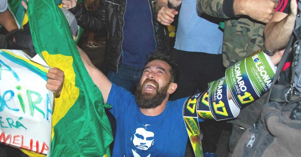 28.out.2018 - Eleitor de Jair Bolsonaro (PSL) comemora a confirmação da vitória do candidato no segundo turno das eleições, em frente ao MASP, na Av. Paulista, em São Paulo