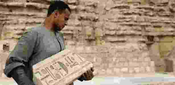 10.nov.2018 - Homem carrega peça encontrada no complexo de Saqqara, no Egito - Mohamed Abd El Ghany/Reuters