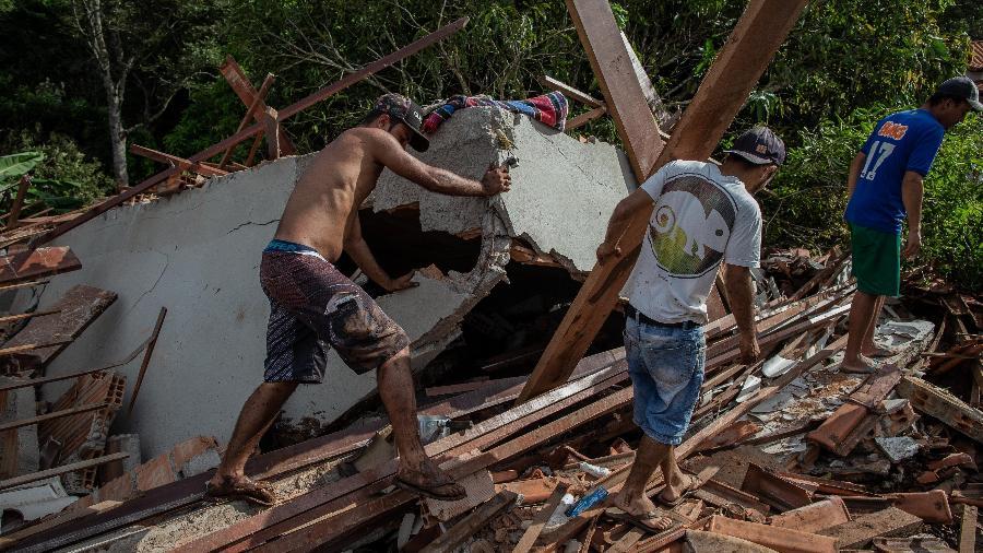 26.jan.2019 - Moradores procuram sobreviventes após lama invadir casas do bairro Parque da Cachoeira, em Brumadinho - Eduardo Anizelli/ Folhapress