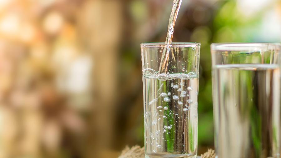 Água potável despejada em um copo - Getty Images/iStockphoto