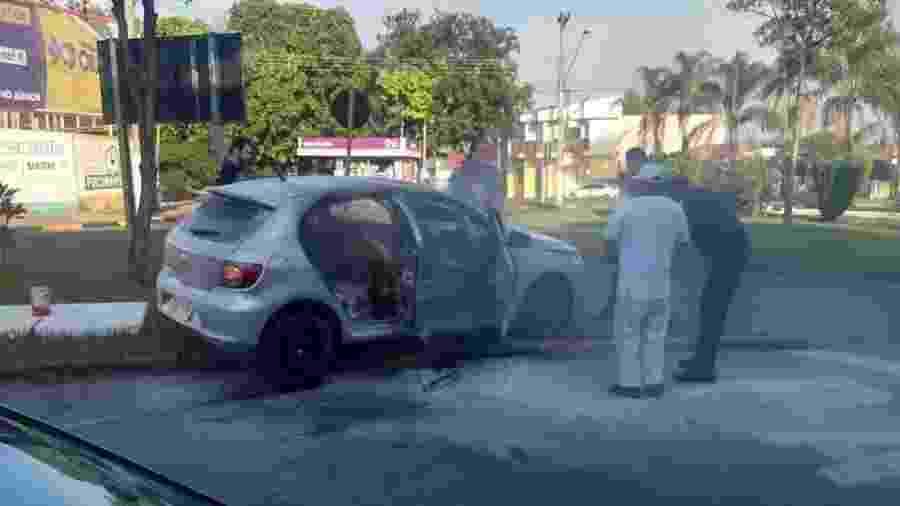 29.set.2019 - Carro de Luciene Ferreira Sena após ter sido incendiado pelo ex-namorado, Elisangelo Marcondes Francisco dos Santos - Repórter Naressi