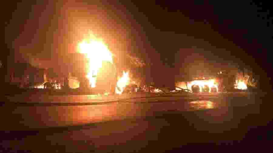 Veículos em chamas após acidente envolvendo um carro, um ônibus e uma carreta em Minas Gerais - Corpo de Bombeiros de MG