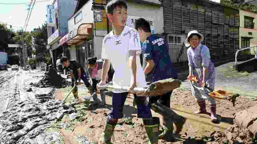 Estudantes e moradores removem lama depois de enchentes causadas por tufão Hagibis - Reuters
