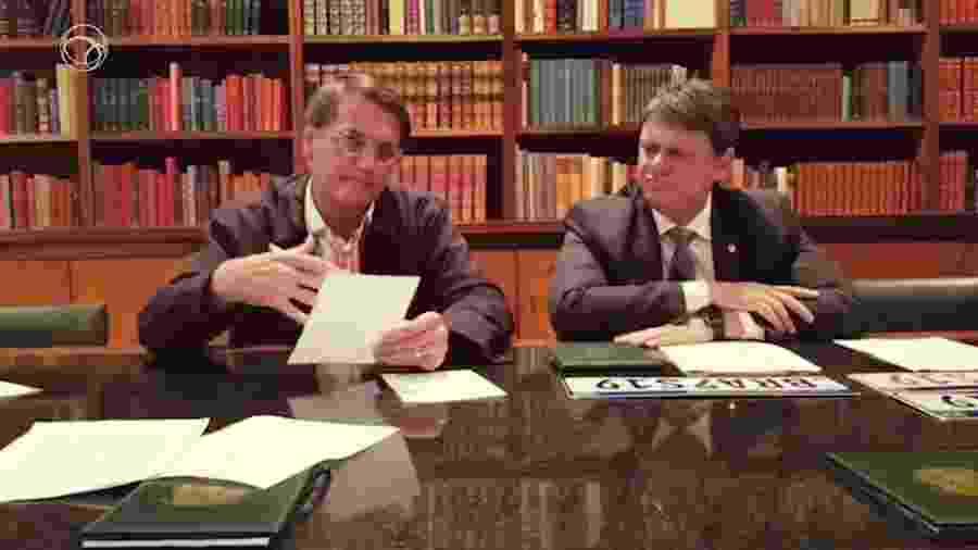 Presidente Jair Bolsonaro em transmissão ao lado do ministro da Infraestrutura, Tarcísio Gomes - Reprodução/Facebook