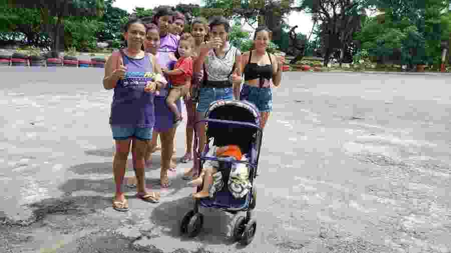 Grupo de mulheres com crianças vai às ruas de Maceió para pedir ajuda, em tempos da crise gerada pelo coronavírus - Carlos Madeiro / Colaboração para o UOL