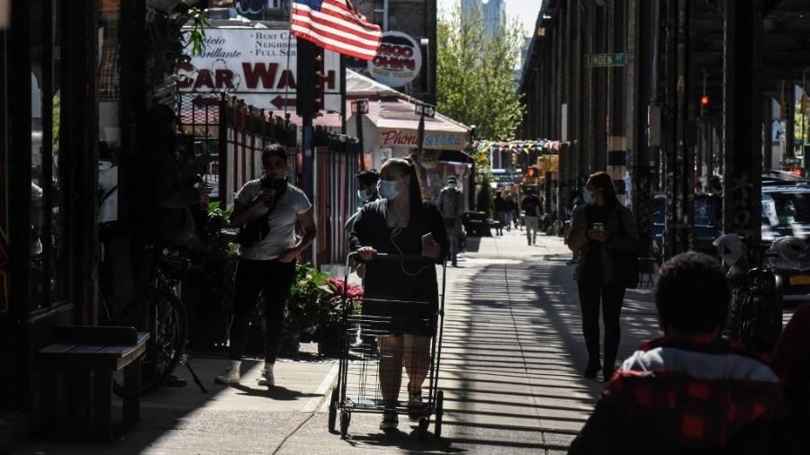 07.05.2020 - Pessoa anda na rua no bairro do Brooklyn, em Nova York, durante pandemia de coronavírus - Stephanie Keith/Getty Images/AFP