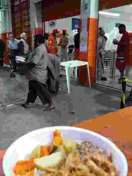 Morador de rua retira marmita no Bom Prato de Campos Elíseos, no centro de São Paulo  - Marcelo Oliveira/UOL