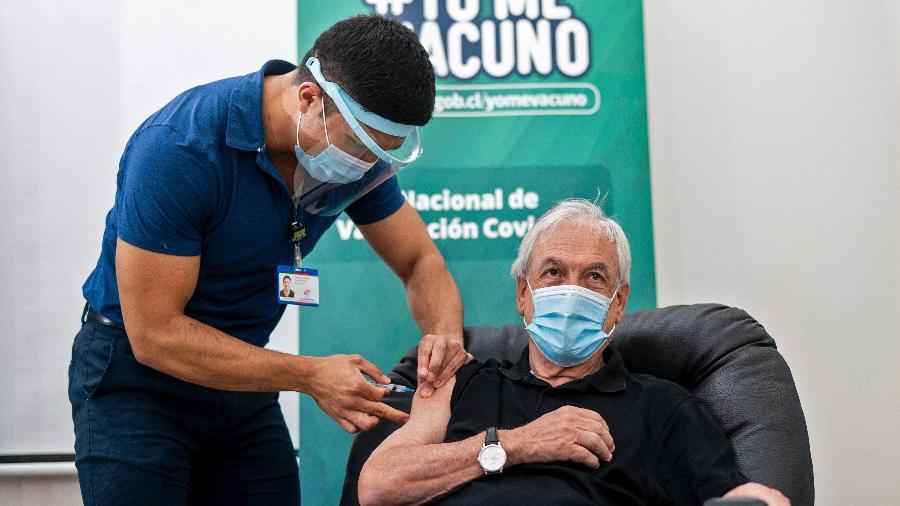 12 fev. 2021 - Presidente do Chile, Sebastian Piñera recebe a primeira dose da CoronaVac - Marcelo Segura/Presidência do Chile/AFP