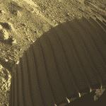 Este registro mostra uma das rodas do Perseverance em Marte - Nasa