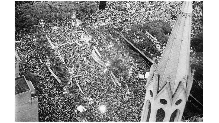 """Multidão na Praça da Sé em favor das eleições diretas para a Presidência da República no dia 25 de janeiro de 1983. A Folha apoiou a campanha e passou a ser """"o jornal das diretas"""" - Fernando Santos/Follhapress - 25 de janeiro de 1983"""