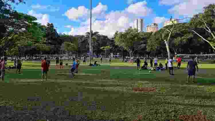21.04.2021 - Pessoas se reúnem para jogar futevôlei na frente do parque do Ibirapuera, em São Paulo - Leonardo Martins/UOL - Leonardo Martins/UOL