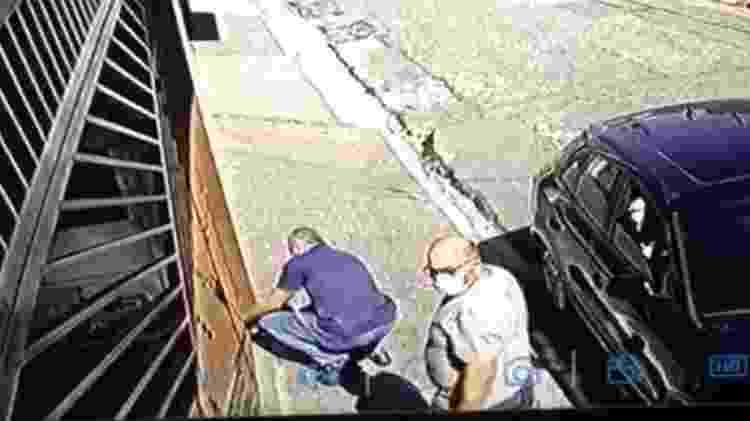 Câmeras de segurança mostram José Luís Alves (de azul) e Carlos Henrique dos Santos (de branco) chegando à casa de Armani - Reprodução - Reprodução